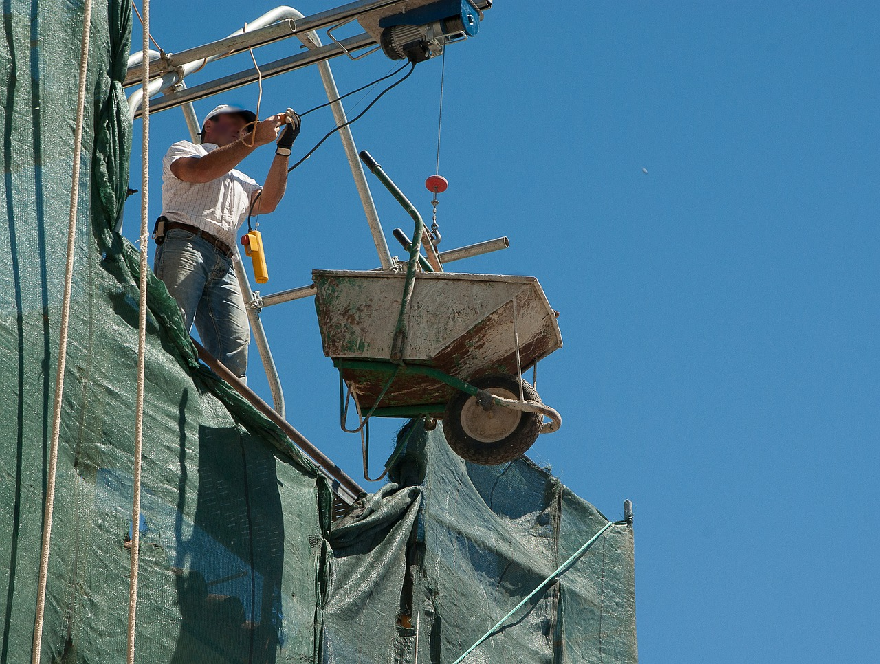 Un maçon sur un chantier