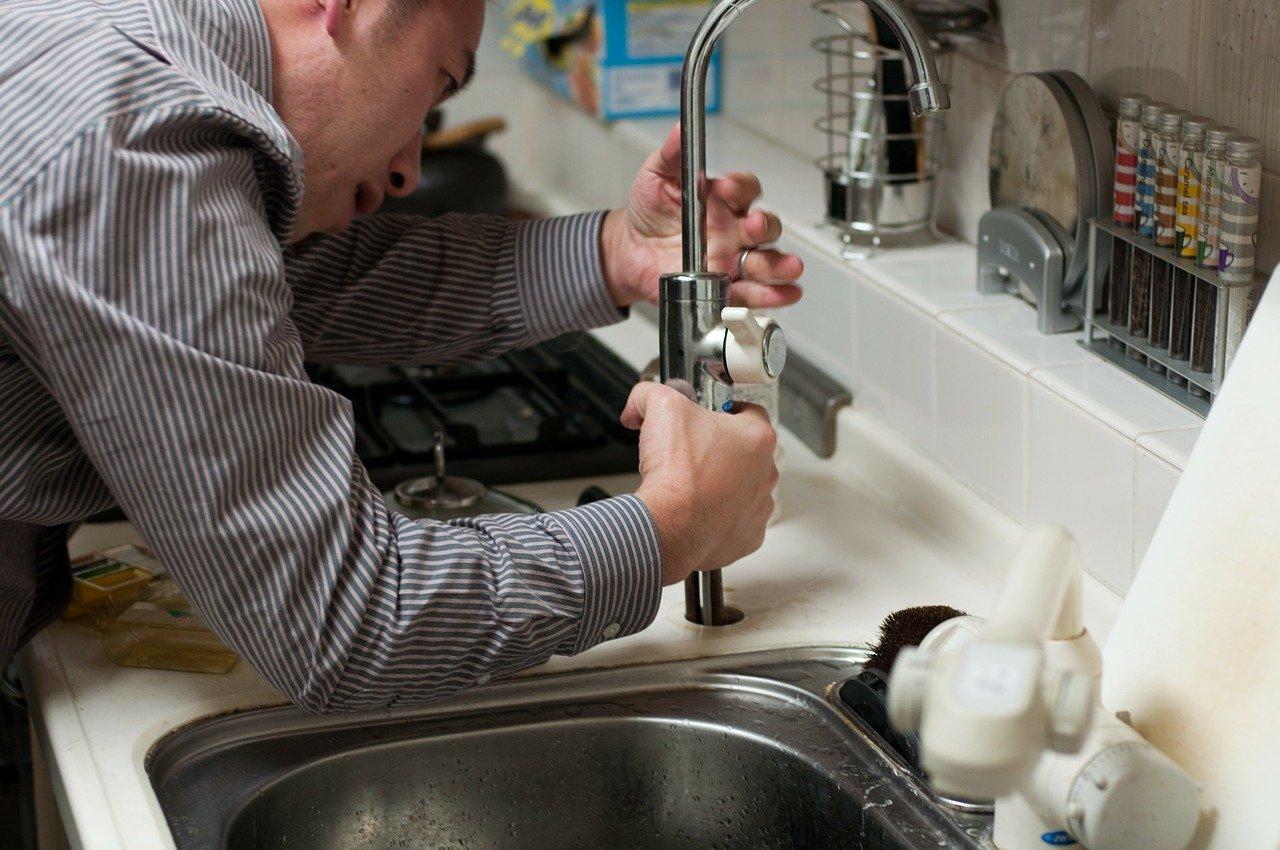 Un plombier en action